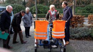 eerste-bijeenkomst-stichtingen-fietsmaatjes-bewonderen-nieuwe-fiets-teylingen